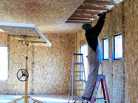 Строительство домов в Крыму - Отделка потолка в доме из СИП панелей